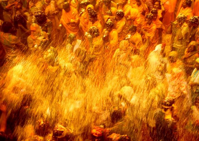 Célébration d'Holi temple de Vrindavan Inde
