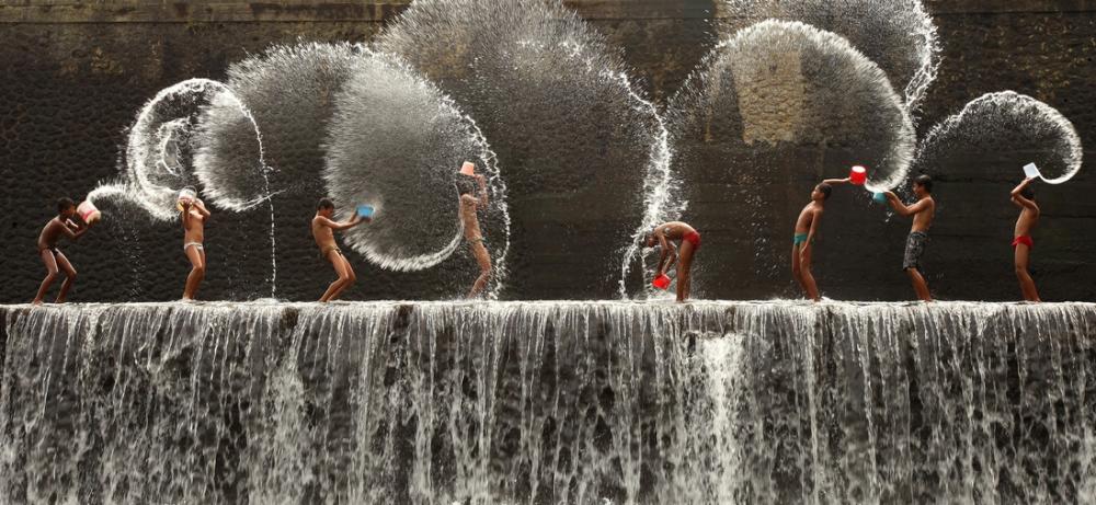 enfants jouant avec de l'eau Malaisie