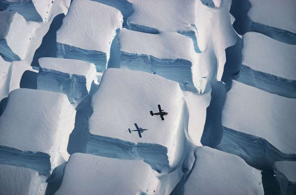 ©Peter Convey intitulée Ice Sugar Cube montrant les crevaces dues au réchauffement climatique en Antarctique