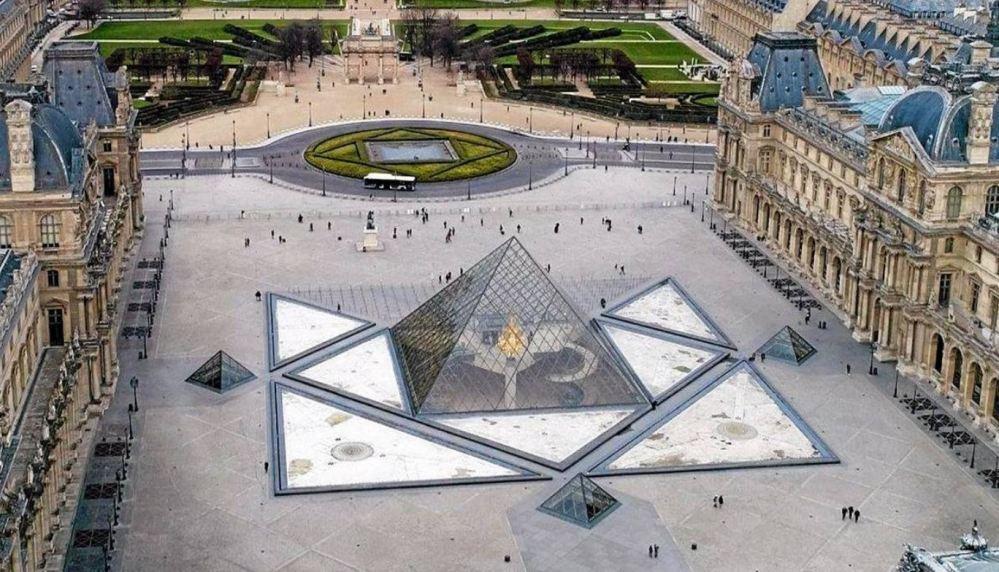 Pyramide Louvre vue du ciel