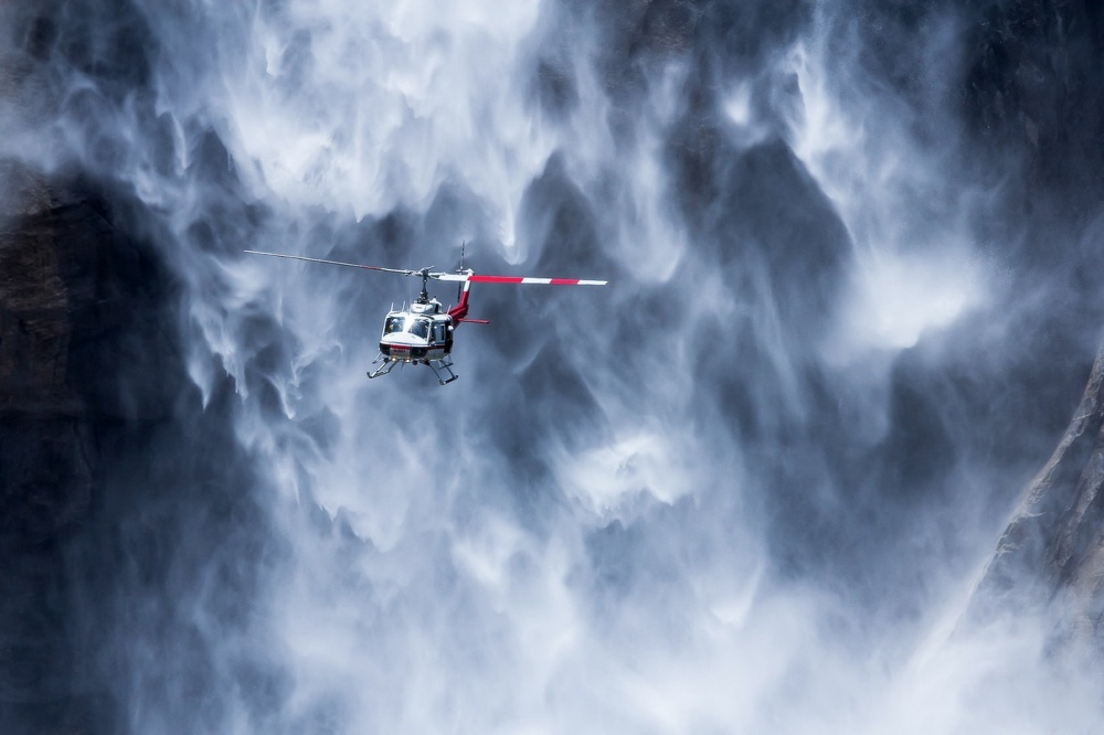 Helicoptère près des Yosemite falls USA © Adriano Neves
