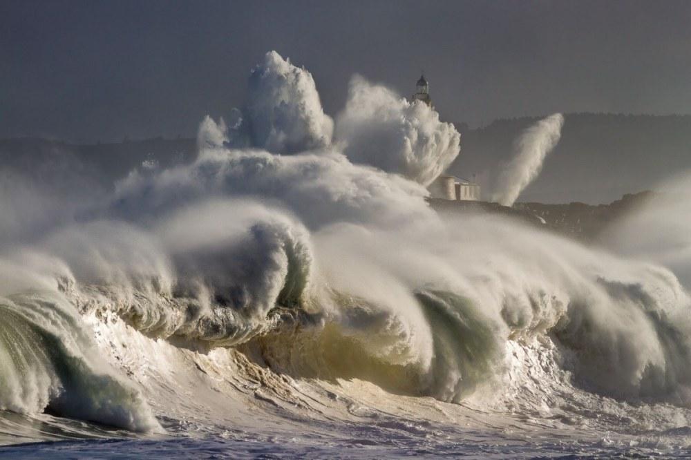 Vagues sur l ile Mouro Espagne sur laquelle se trouve un phare @Oscar Martinez Diego National Geographic Your Shot